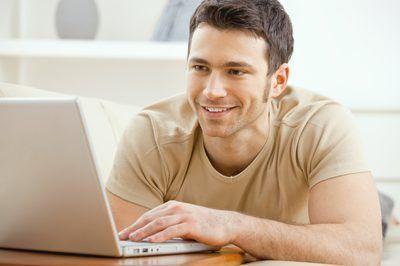 Pequeño propietario de negocio que trabaja en la computadora portátil