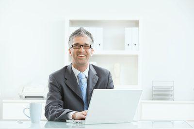 El hombre de negocios que trabaja en la computadora portátil