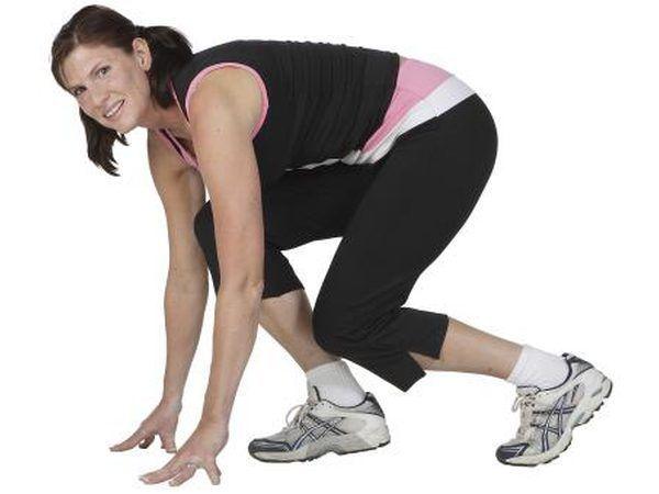 Mujer que hace ejercicio en cuclillas en el interior.