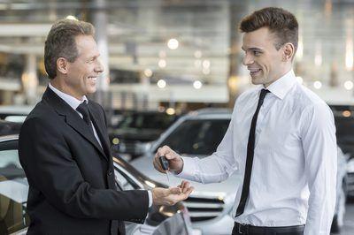 Un vendedor de manos claves para un cliente.