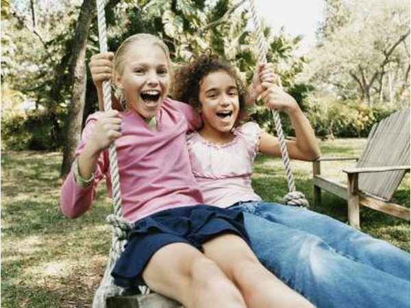 Los niños les encanta jugar al aire libre por lo que un parque es una opción perfecta y asequible.