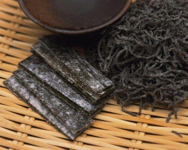 Secado de algas en la mesa.