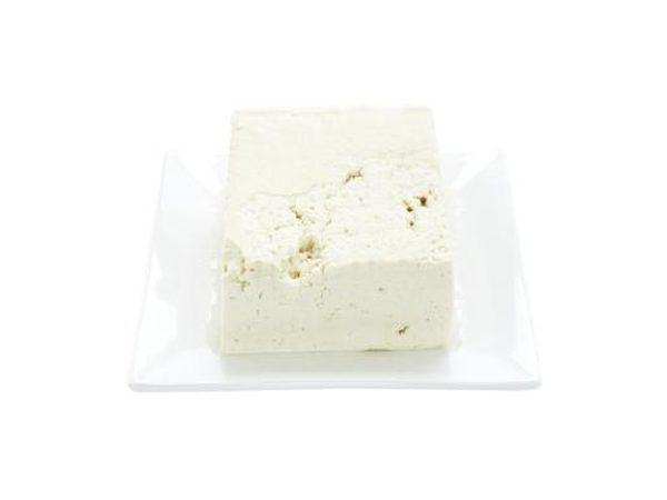 Tofu es alta en proteínas y está hecho de queso de soja.