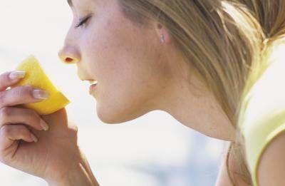 Cuáles son los beneficios de agua caliente y limón?
