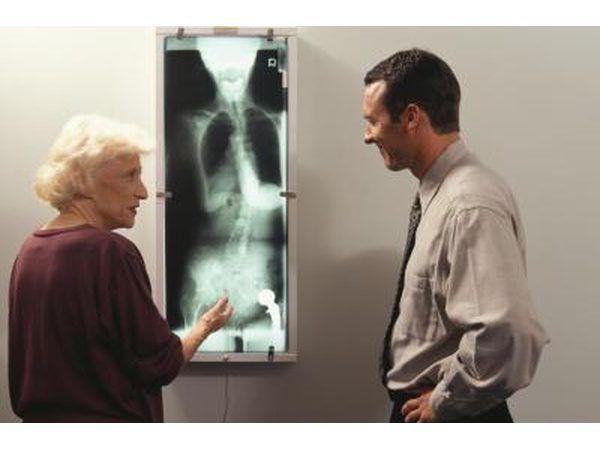 El hombre y la mujer mirando de rayos x.