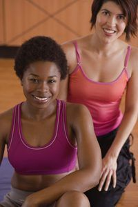 YMCA entrenadores ayudan a los miembros a alcanzar sus objetivos de fitness.