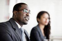 Colegas en una mesa de conferencias durante una reunión de negocios.