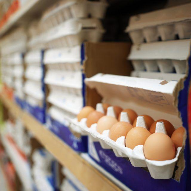 Huevos en la exhibición en la tienda de comestibles.