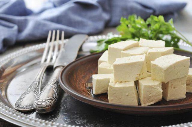 Pequeño plato de tofu en cubos.