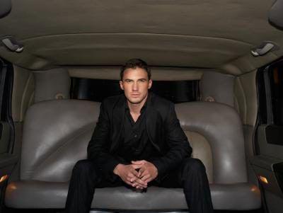El hombre en un vehículo de lujo.
