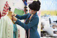 diseñador de moda que trabaja con el maniquí