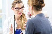 hablar con el paciente médico acerca de los procedimientos de atención de la salud y la cobertura del seguro