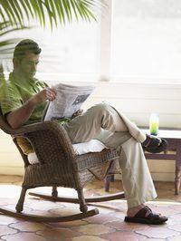 Sandalias están bien adaptados a la mirada iluminada y ventilada de pantalones de lino.