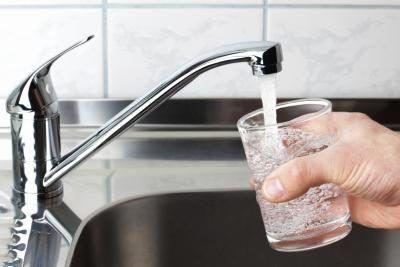 El agua del grifo todavía contiene bacterias.